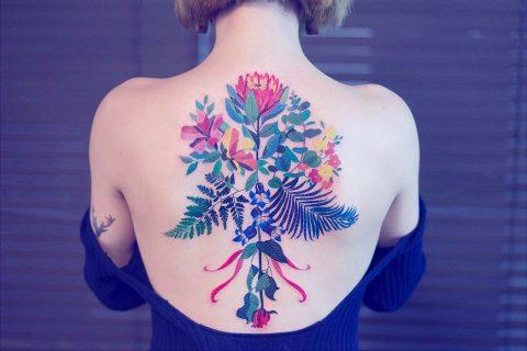 Zihee sticht dir Flower Power Watercolor Tattoos und führt die Nadel wie einen Pinsel