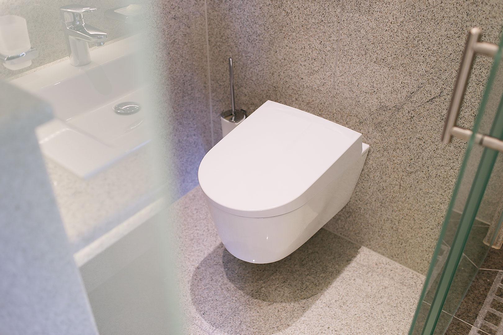 so f hlt sich eine designer toilette an die neue form der sauberkeit. Black Bedroom Furniture Sets. Home Design Ideas