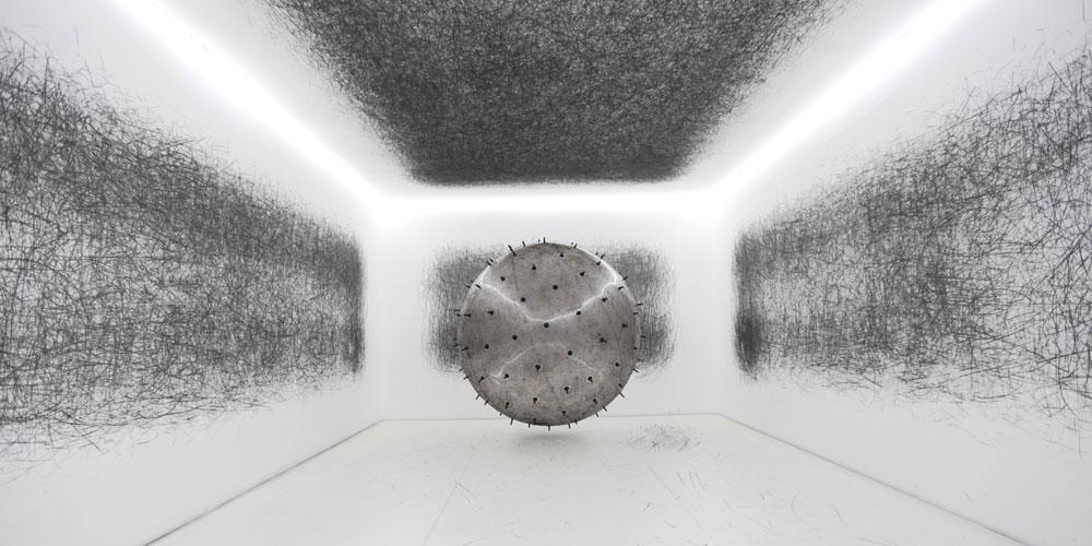 Diese Heliumkugel macht Galeriebesucher zu Trittbrettkünstlern