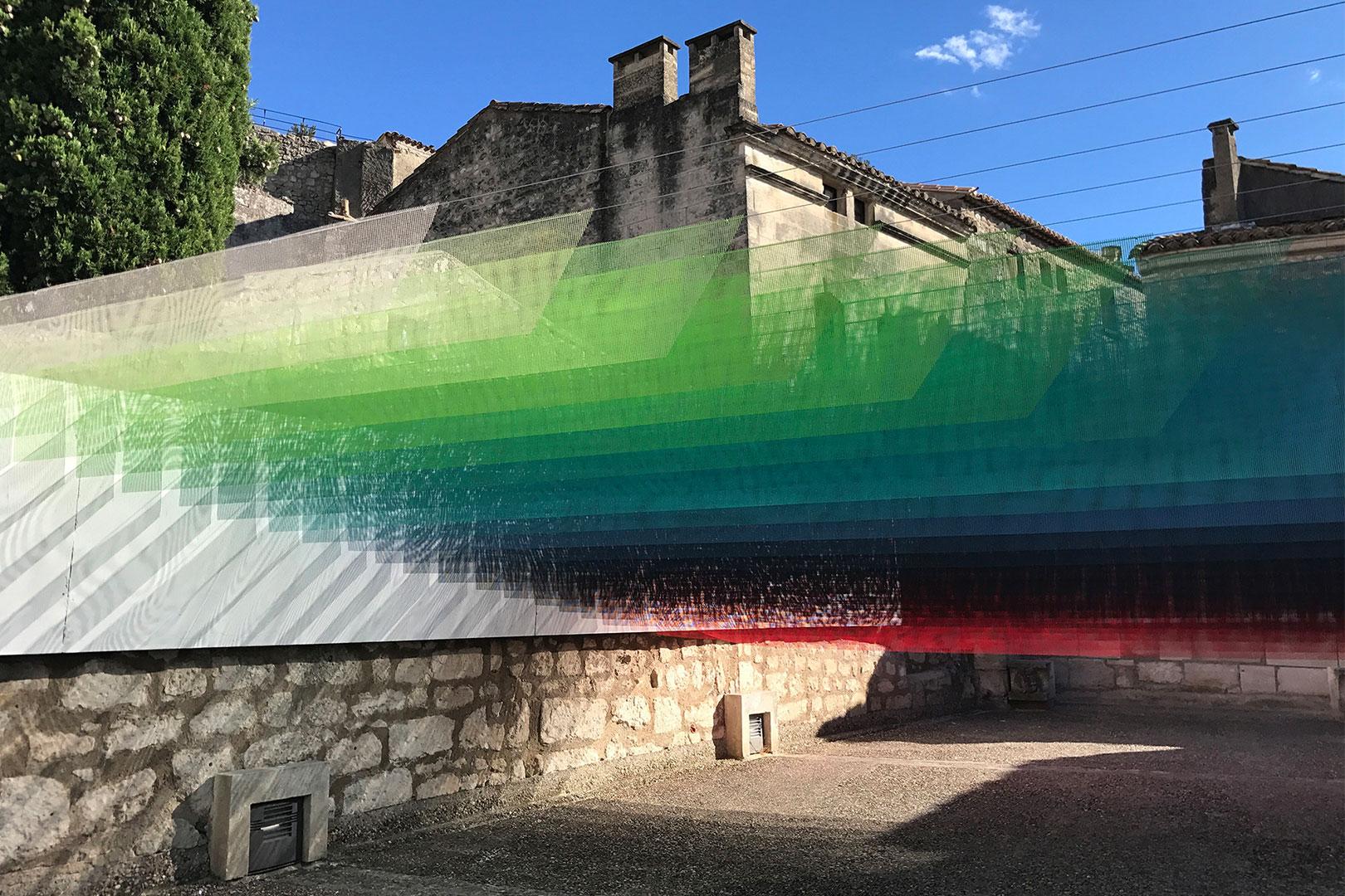 Ein Windspiel der Farben – die Rauminstallation namens Paradis Perdu