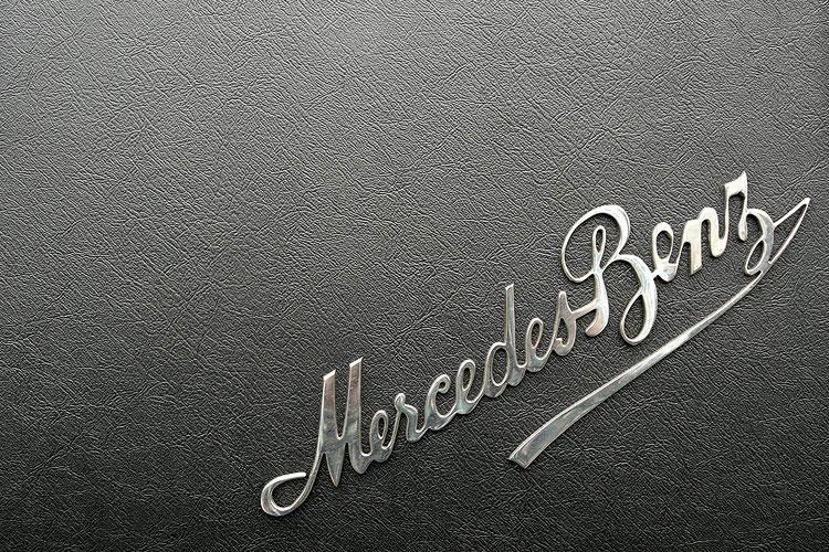 Chrom-Emblem von Mercedes-Benz