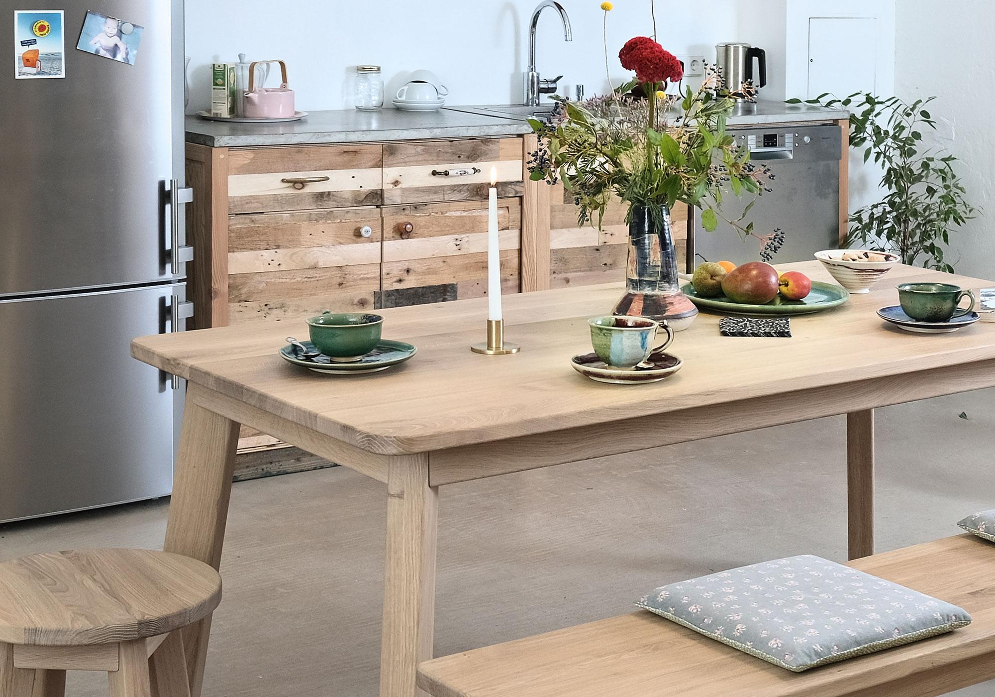 Minimalistischer Holztisch