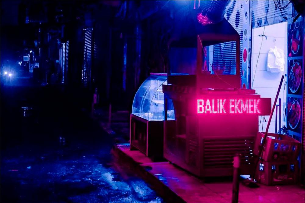 Elsa Bleda durchstreift die Nächte von Istanbul in Neonfarben
