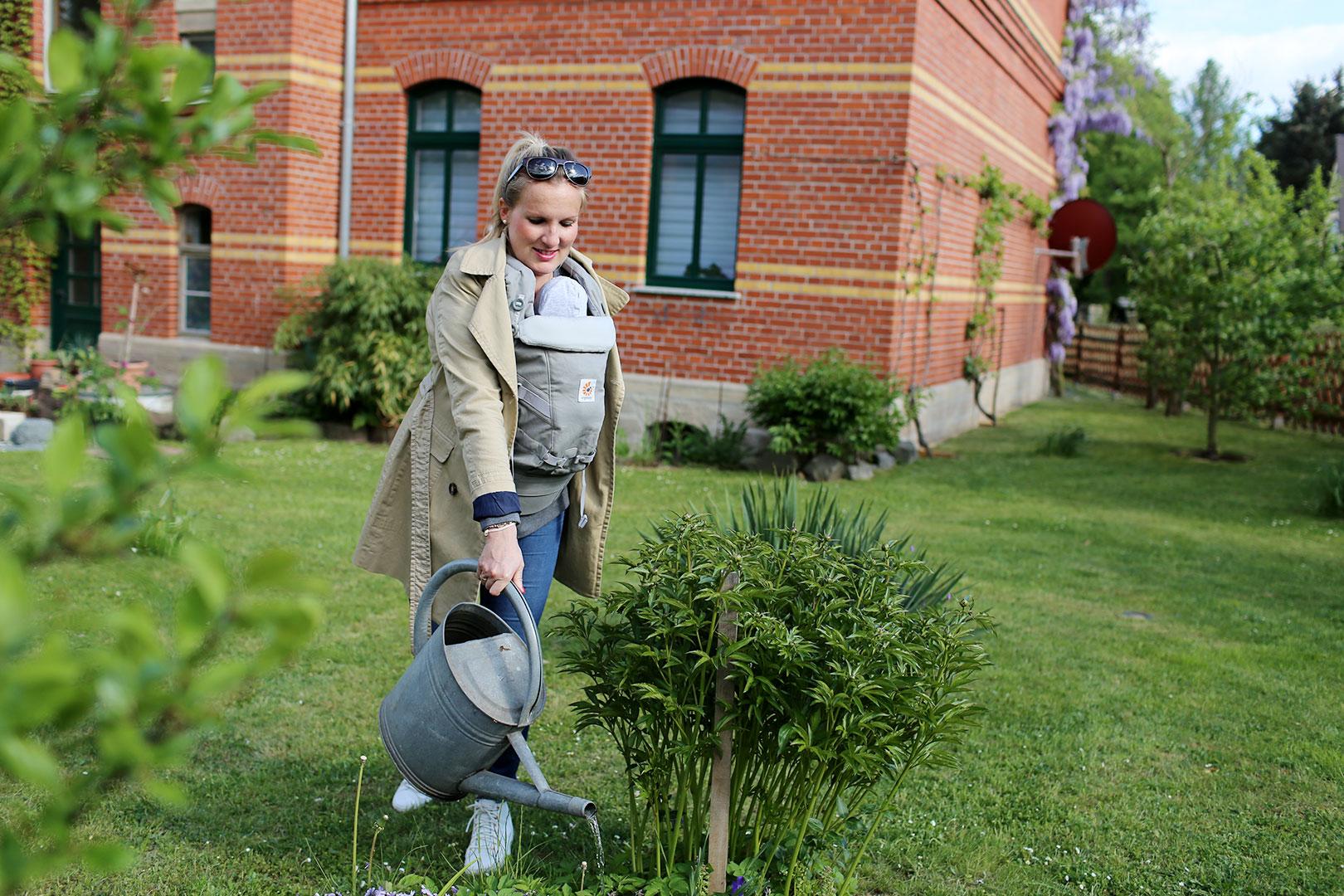 Gartenarbeit mit Baby