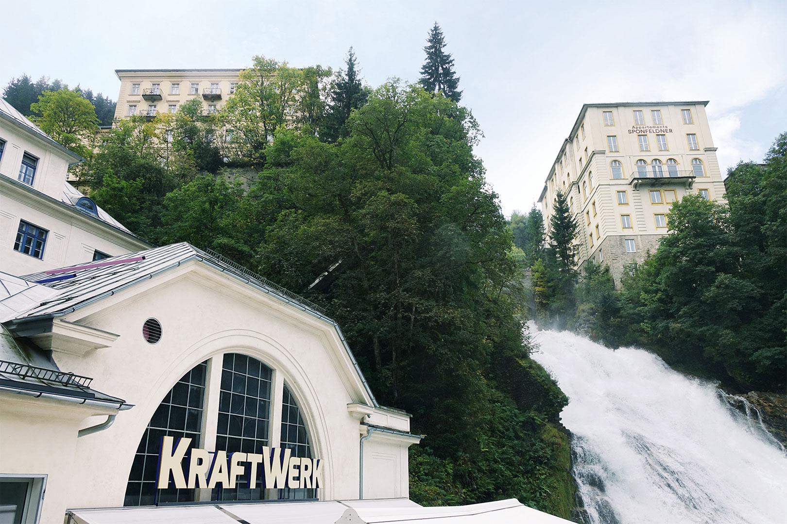 Das Kunst-Kraftwerk und die Netzwerkerin vom Wasserfall