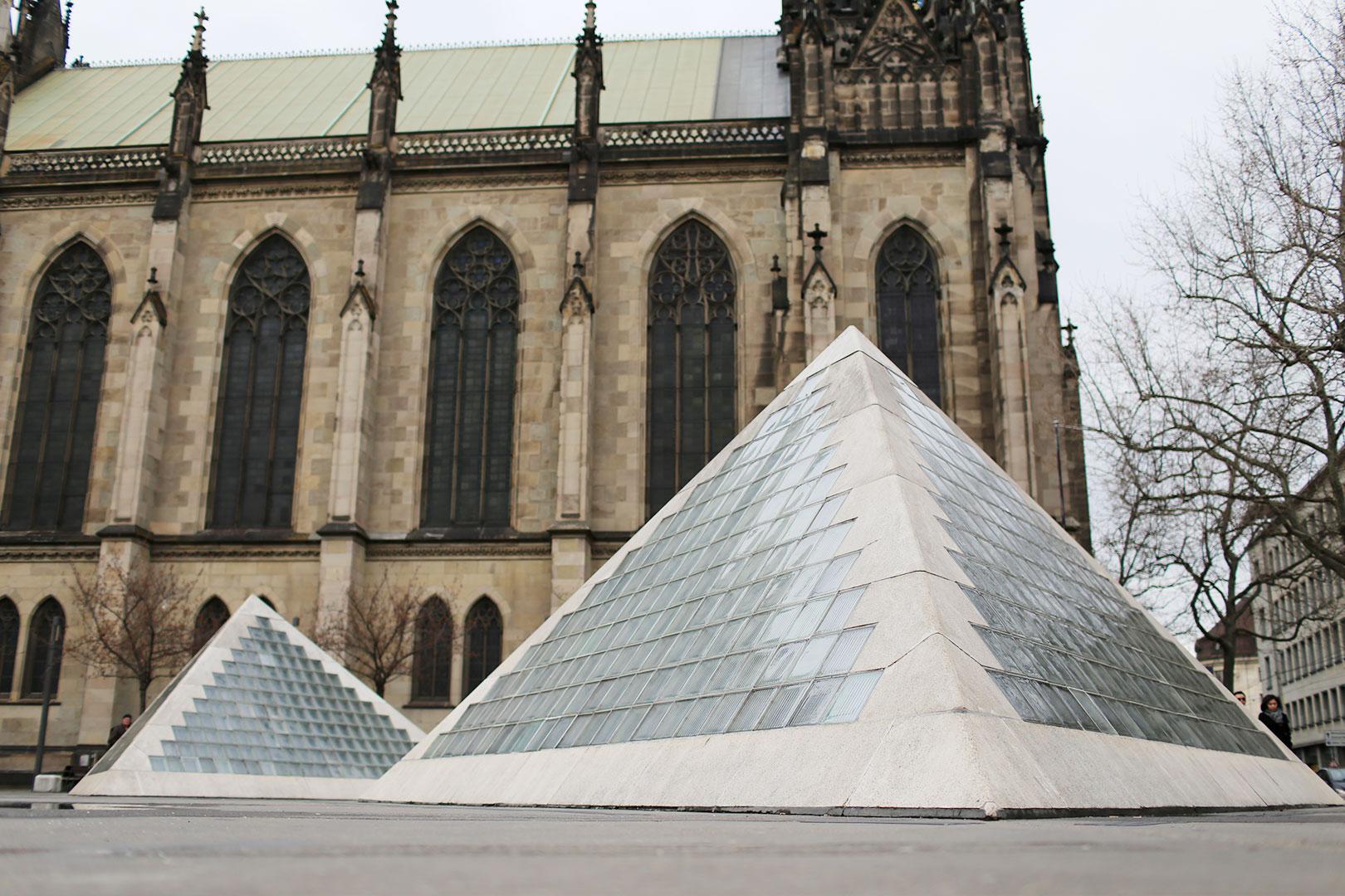 Wir besteigen die Pyramiden von Basel in farbenfrohen Sebago Docksides