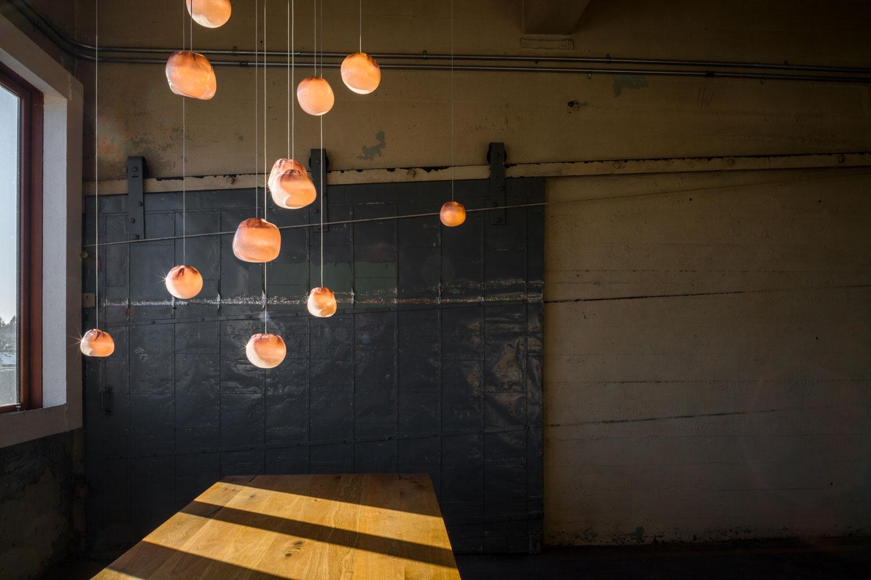 Diese Kupfer-Glas-Leuchten von Bocci tauchen deine Wohnung in ein besonders heißes Licht