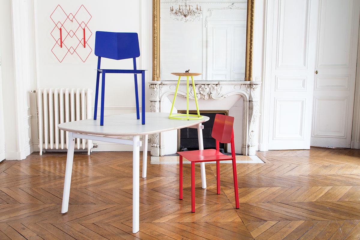 Bunte Stühle und Tische
