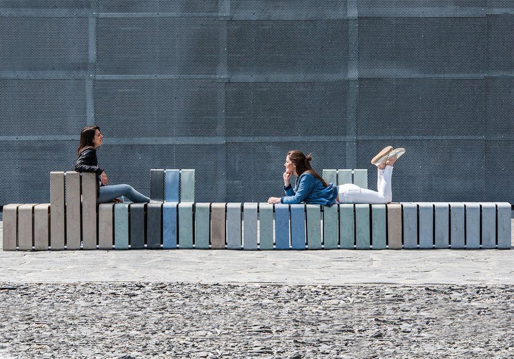 Nachhaltige Sitzgelegenheiten aus alten Joghurtbechern und Plastikmüll