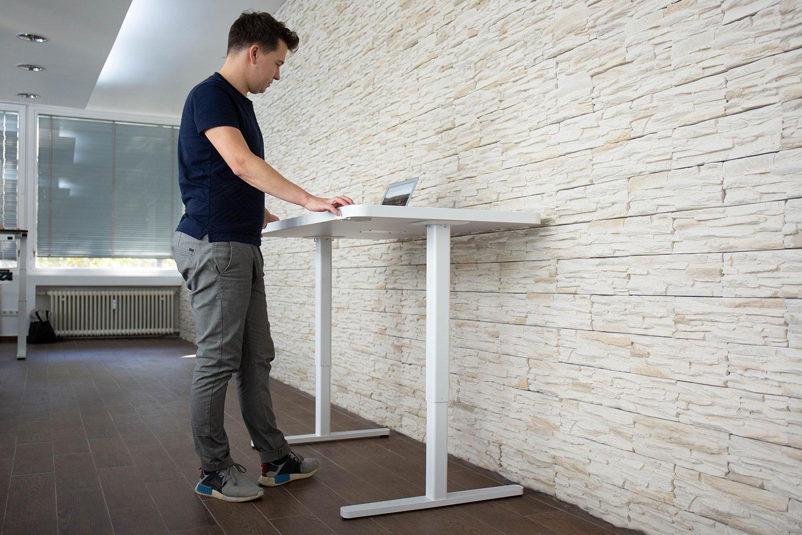 Mit dem Yaasa Adjustable Desk mitten im Leben stehen