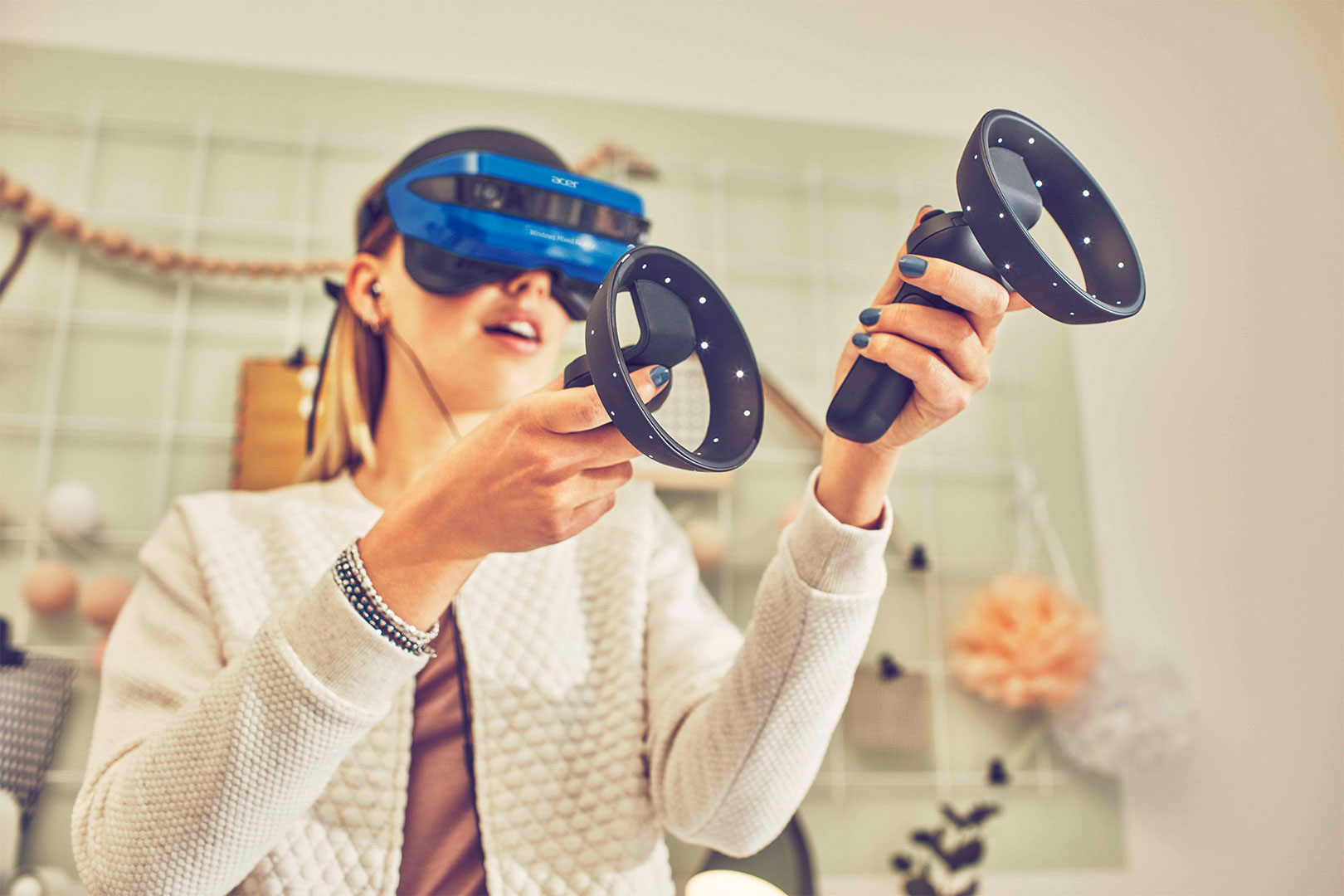 *Sponsored Video* Im Wohnzimmer neue Welten entdecken – mit der Mixed Reality von Microsoft