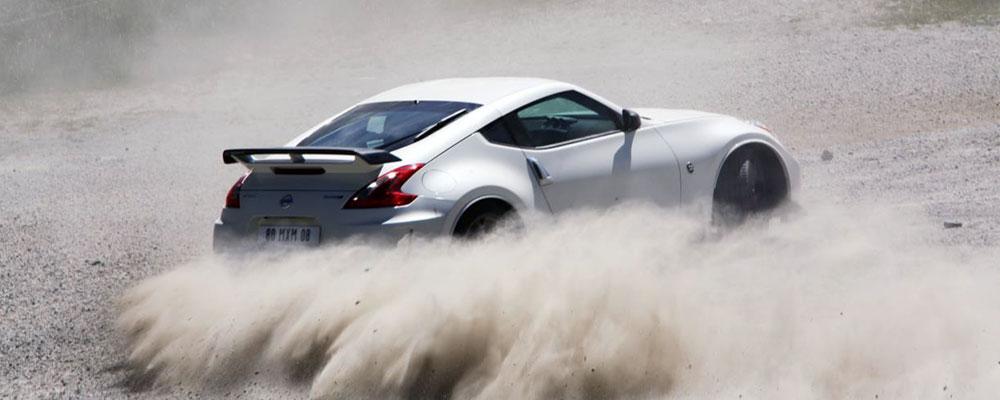 Nissan Nismo gegen einen Windsuit-Athleten