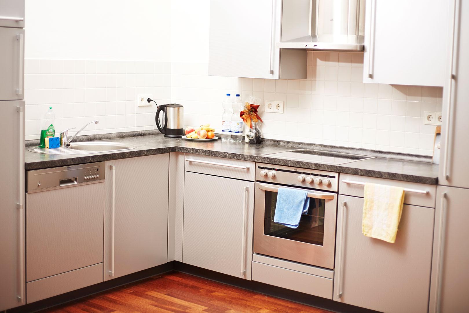 Saubere Küche ohne schmutziges Geschirr